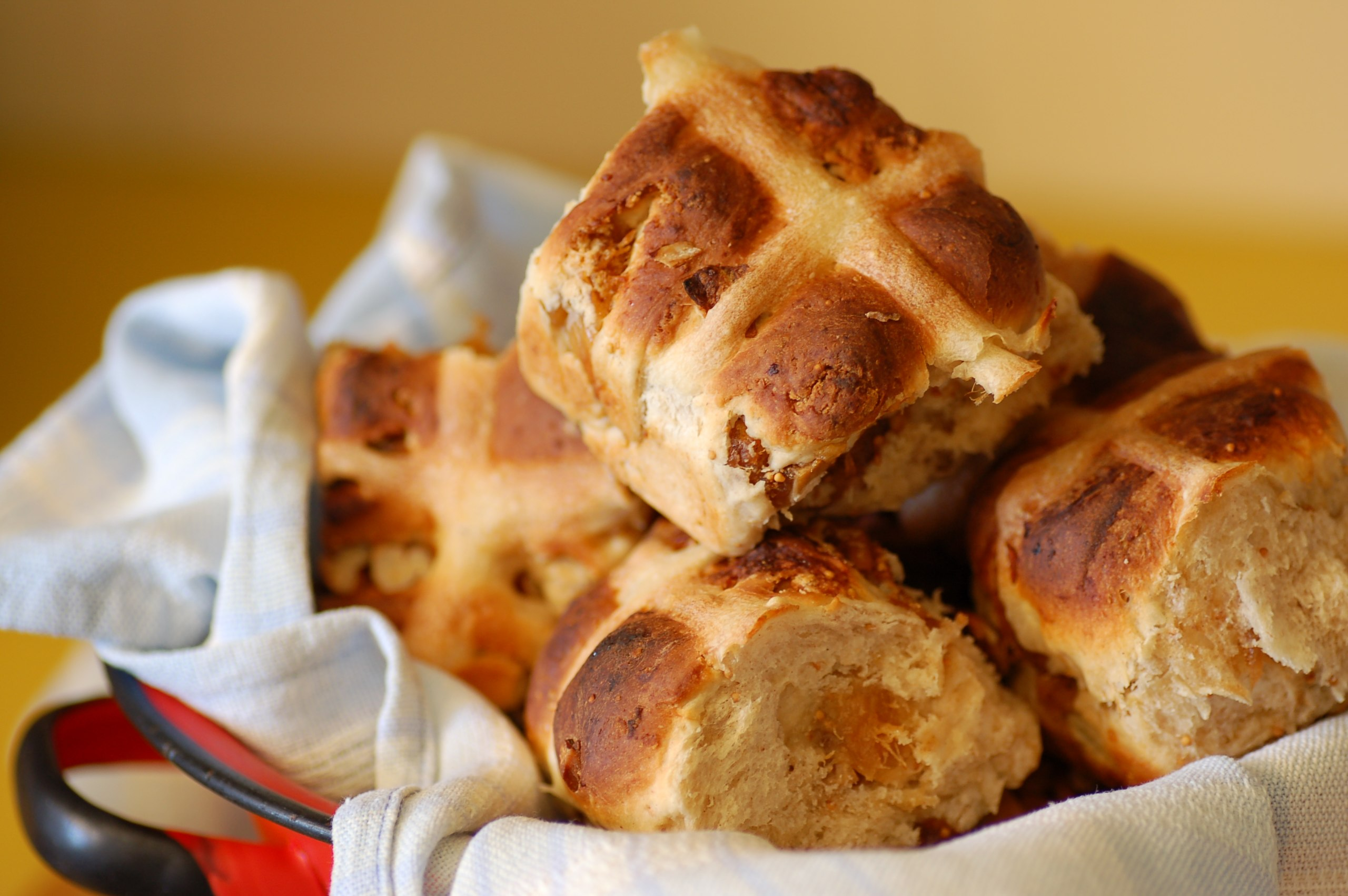 2560px-Hot_cross_buns_-_fig_and_pecan